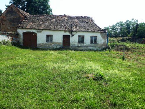 Prodej stavebního pozemku 1.073 m2 s budovou v obci Kadov